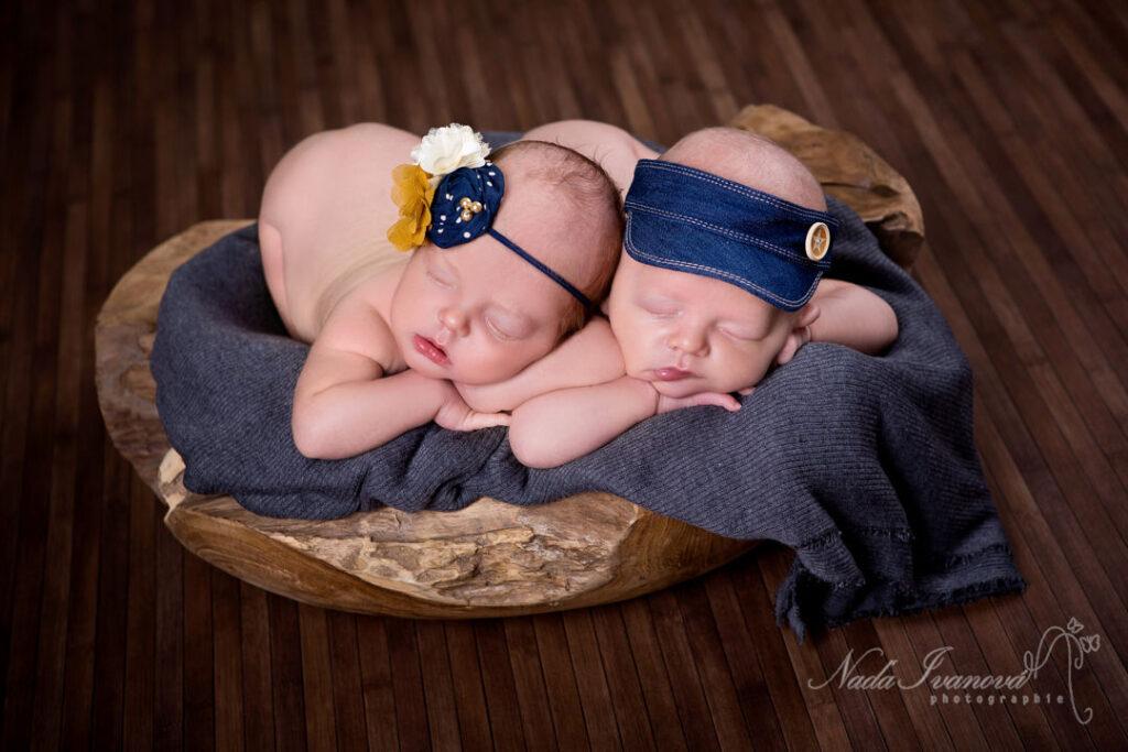 photographe bébé, jumeaux dans un plat en teck