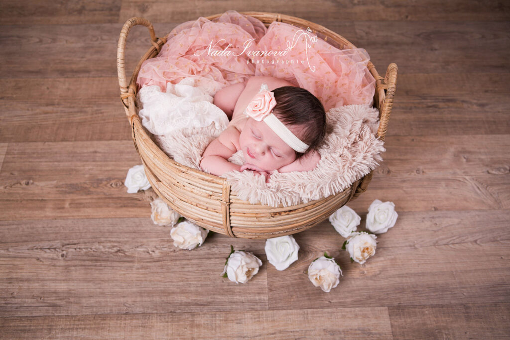 bebe qui dort avec des roses