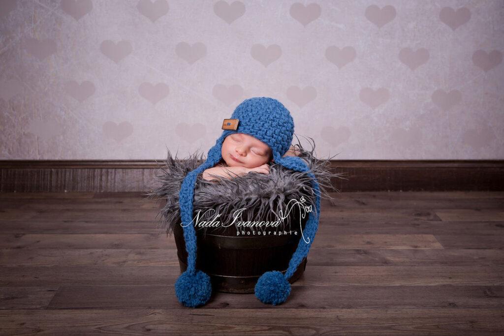leandro bebe beziers dans un seau en bois