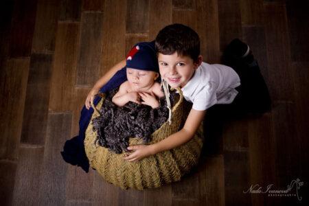 photographe agde bebe dans un pannier avec son grand frere