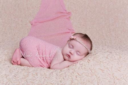 photographe beziers bebe sur un plaid beige dans un tissu rose