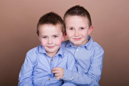photographe beziers enfants frere avec belle chemise bleu