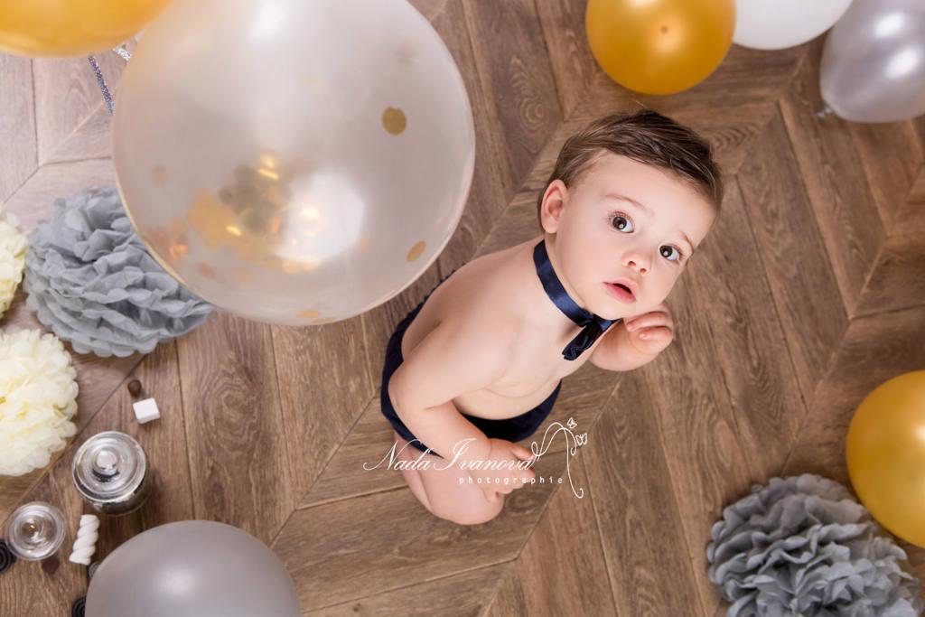 photographe clermont herault enfant 1 an anniversaire avec bonbon