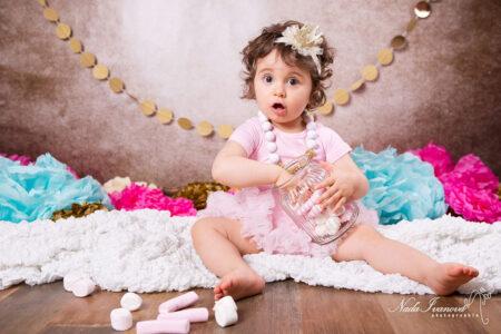 photographe gignac fille avec bonbon et fleur pour anniversaire