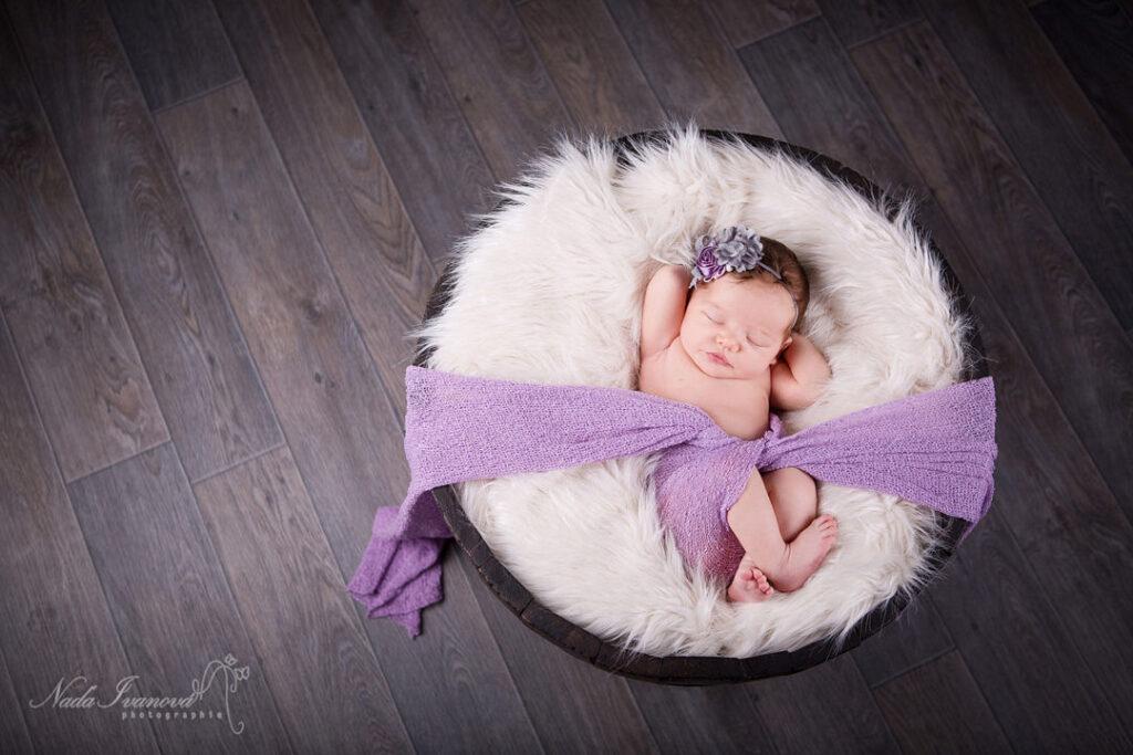 photographe marseillan bebe sur le dos avec bandeau violet dans un seau