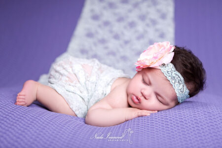 photographe montpellier bebe avec jolie fleur colorer sur un plaid violet