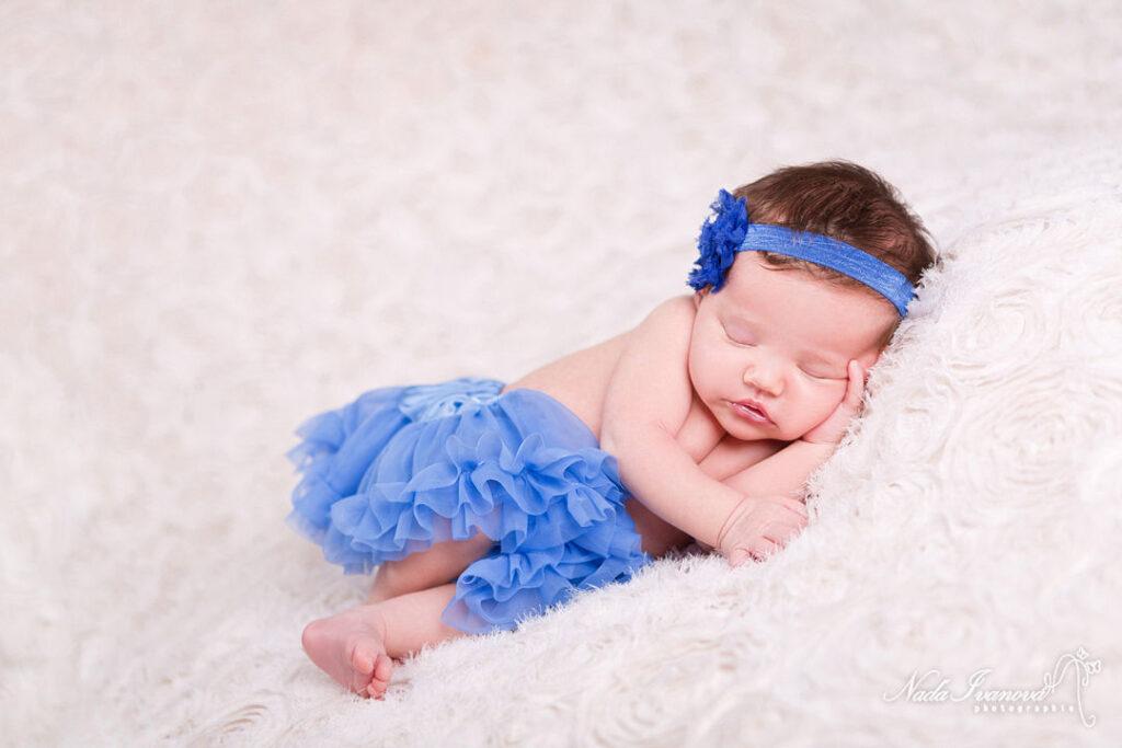 photographe montpellier bebe avec un tutu bleu et bandeau fleur bleu