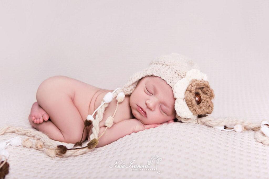 photographe montpellier bebe avec une grosse fleur beige sur la tete