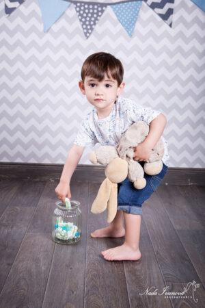 photographe montpellier enfant avec lapin et bonbon