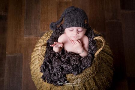 photographe montpellier nouveau ne dans un pannier en fibre vegetale qui dort