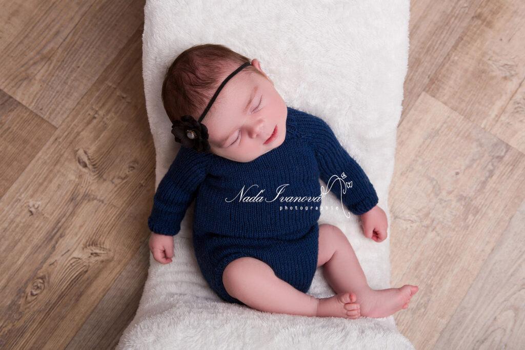photographe montpellier bebe dans une combi bleu fonce