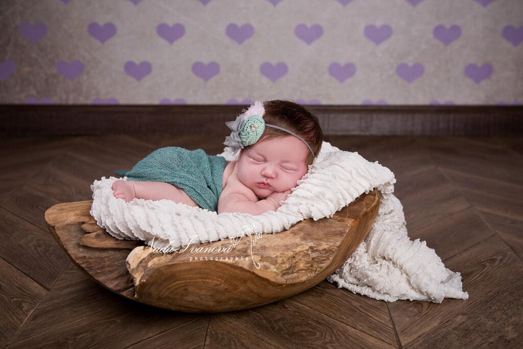 bébé dans un plat en teck et fond coeur photographe agde