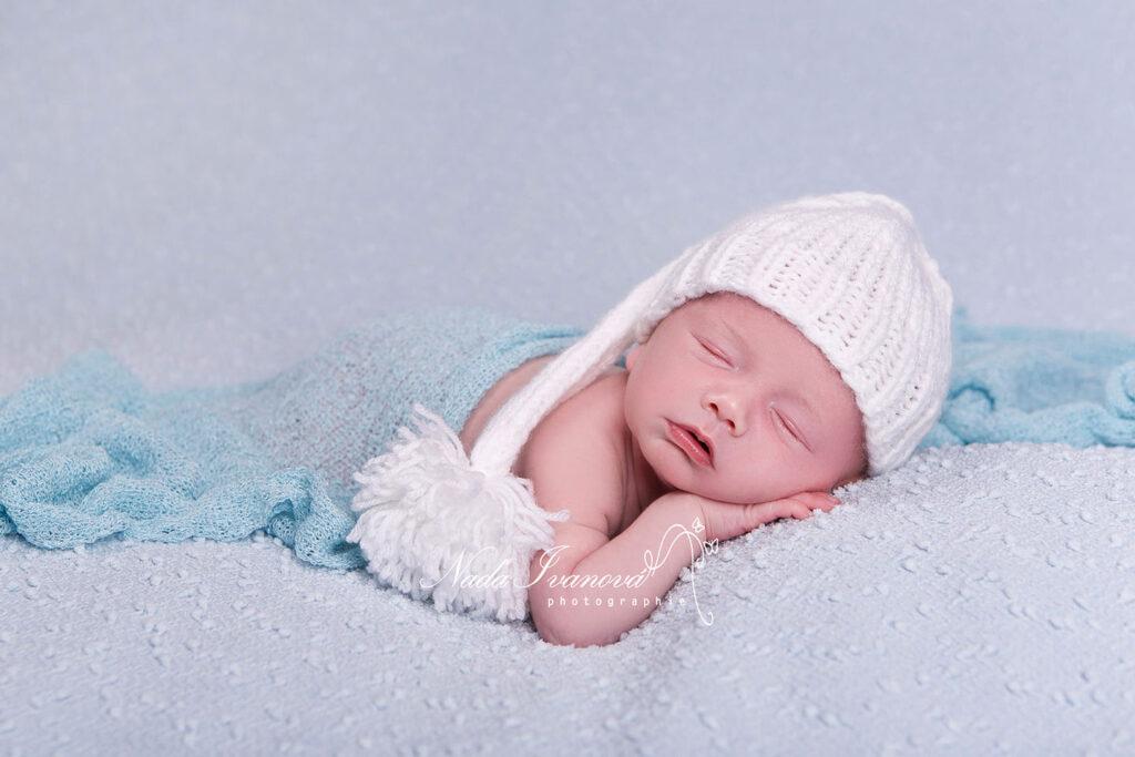 bébé qui dort sur fond bleu cleir