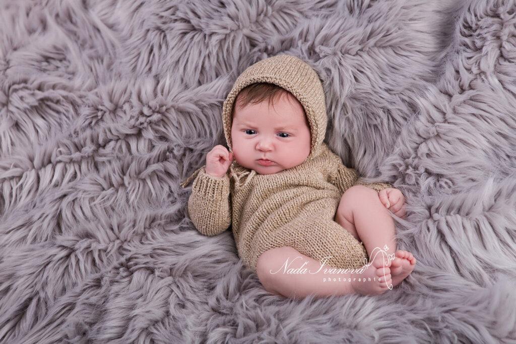 bébé sur le dos avec plaid fourure photographe agde