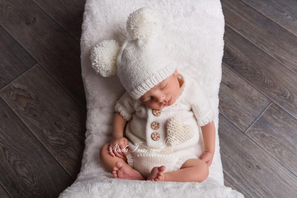 bebe avec bonnet combinaison et plaid blanc