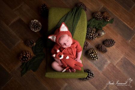 bebe avec bonnet renard et pigne de pin