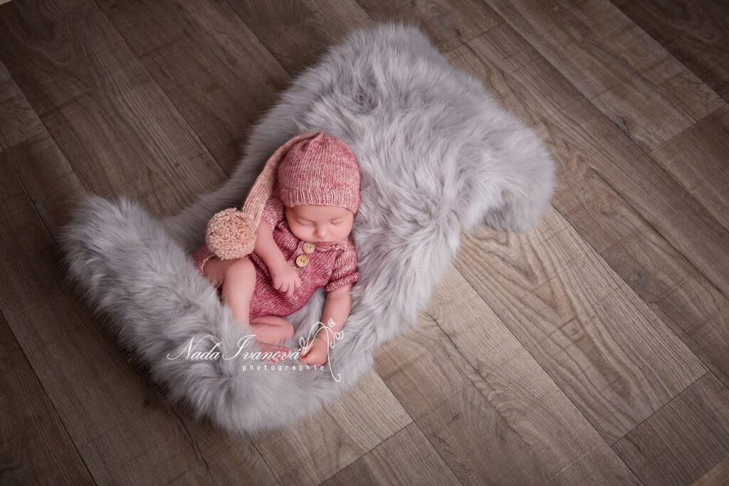 bebe qui dort avec ensemble rose chiné