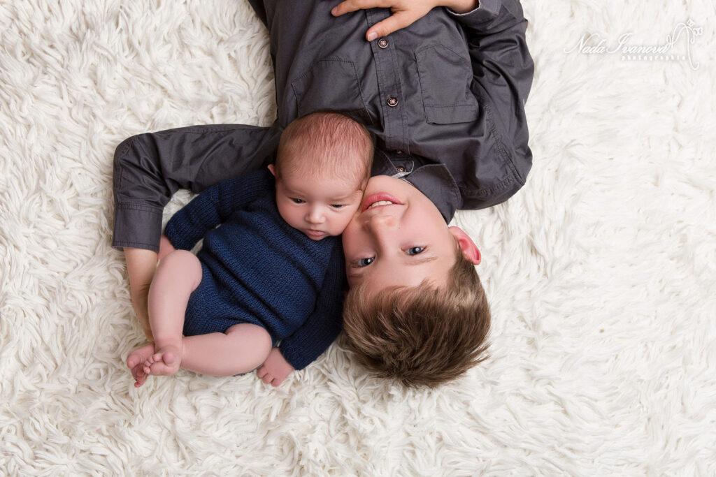 bebe sur lepaule de son grand frere