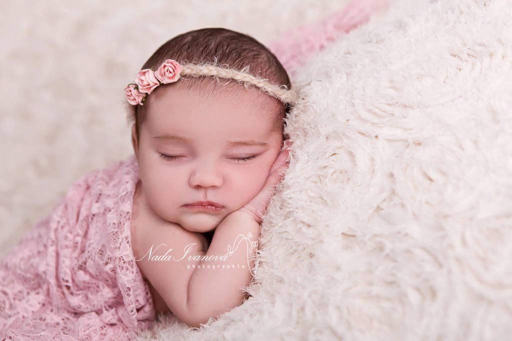 photographe agde bébé avec bandeau a fleur