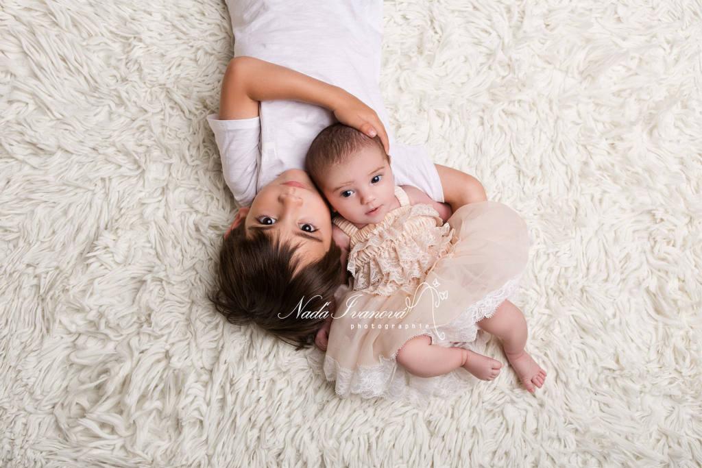 photographe agde bébé avec grand frere