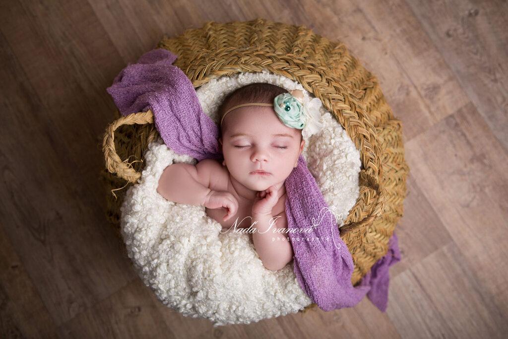 photographe agde bébé dans un pannier vegetal