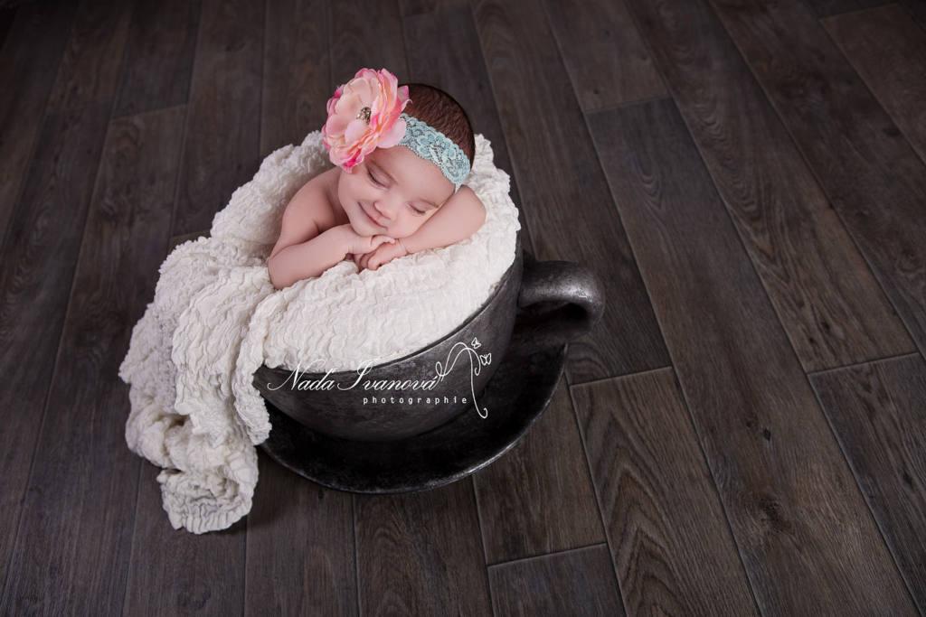 photographe agde bébé dans une tasse grise
