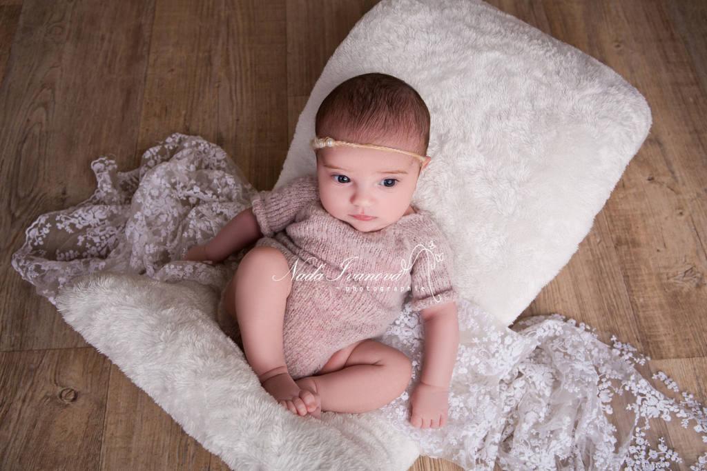 photographe agde bébé sur chaise speciale