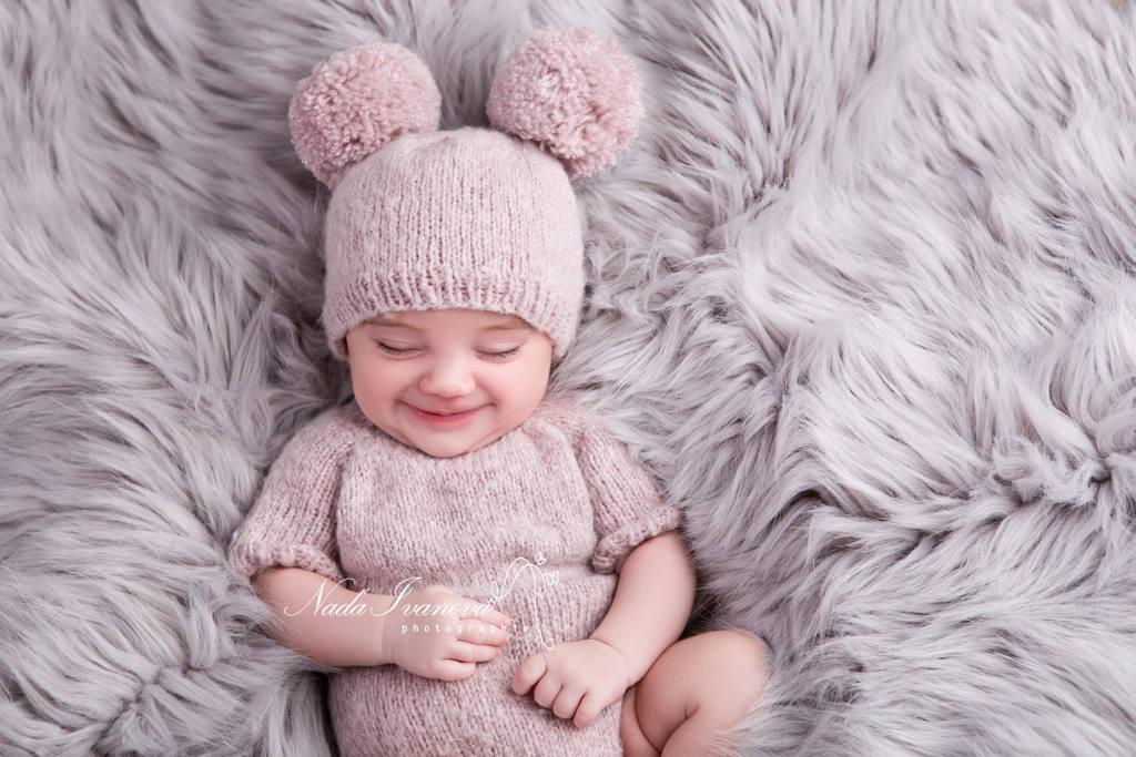 Photographe Nada Ivanova - photographe bébé agde avec bonnet a gros pompom - Photographe spécialiste Grossesse Bébé & Nouveau-né proche de Montpellier Béziers.