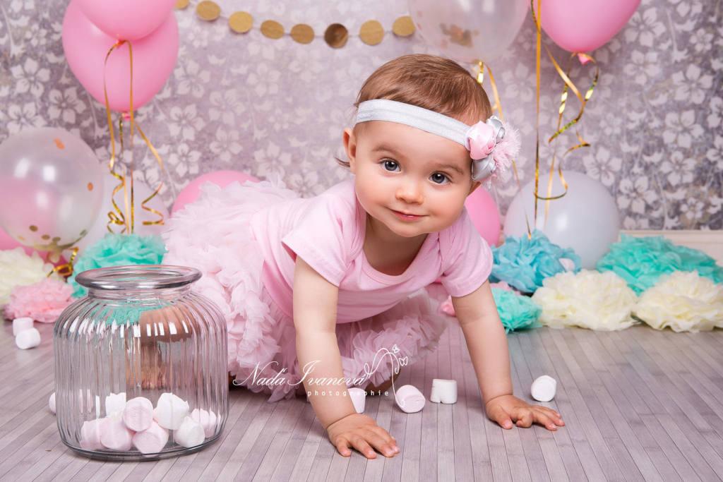 photographe sommiere petite fille anniversaire avec bonbon