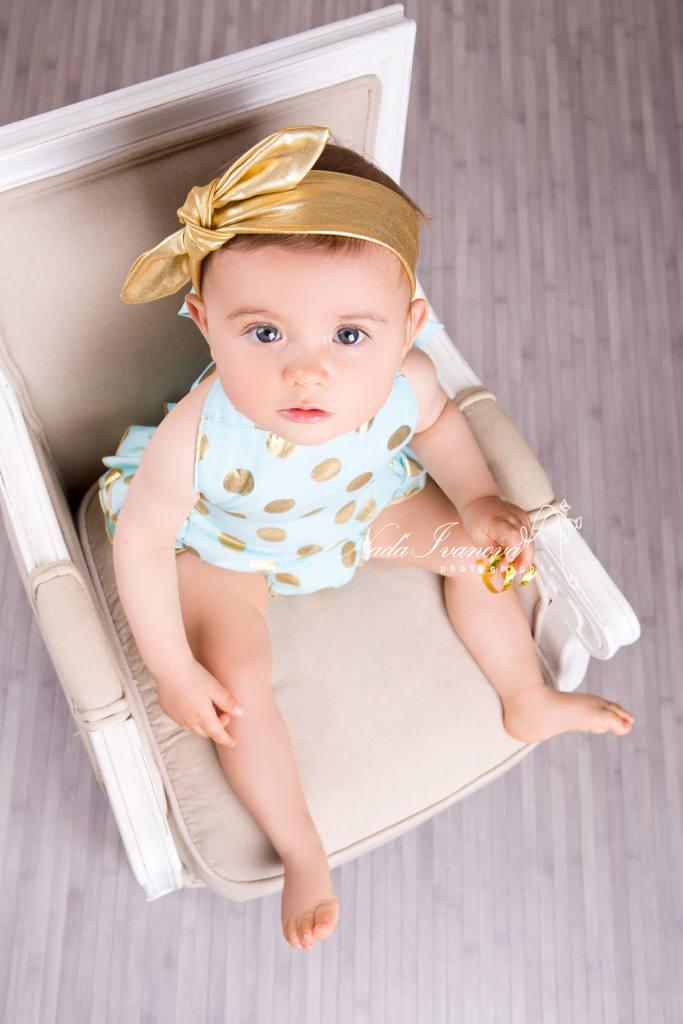 photographe sommiere petite fille sur chaise