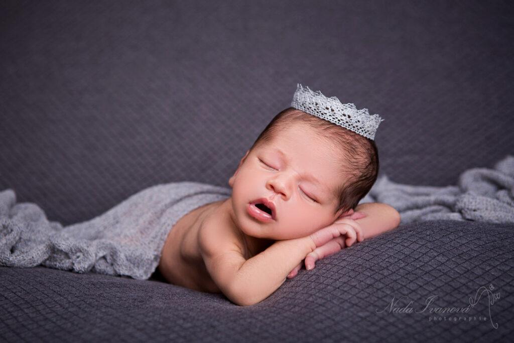 Photographe bébé, nourrisson avec couronne grise