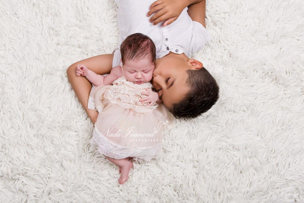 bébé avec son grand frere