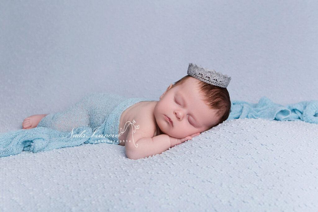 photographe agde bébé sur fond bleu avec courone