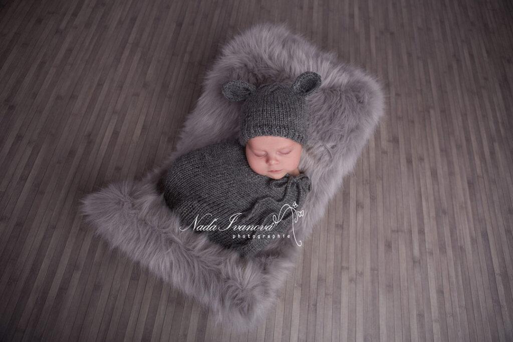 photographe agde bébé sur fond gris