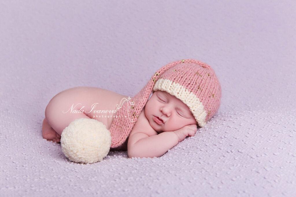 photographe beziers bébé avec bonnet a gros pompom rose