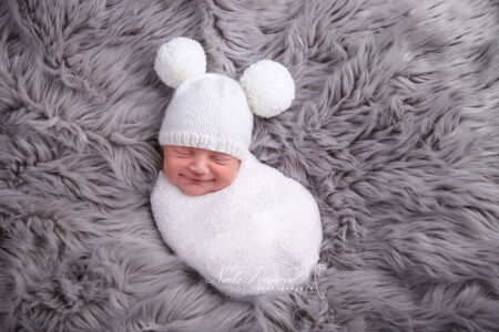 photographe beziers bébé avec bonnet a pompom blanc