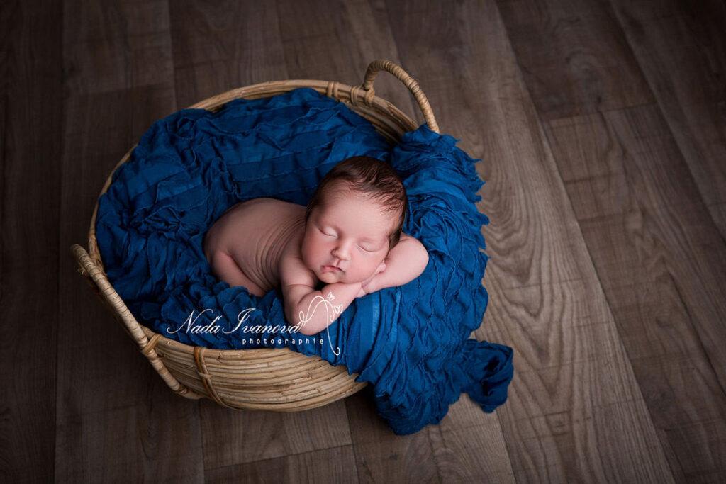 photographe beziers bébé dans un pannier