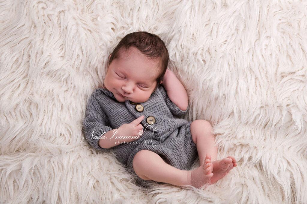 photographe beziers bébé sur le dos qui sourit