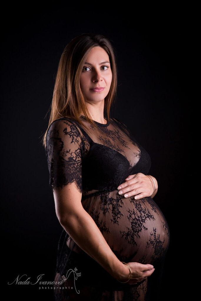 photographe grossesse femme enceinte dans drapper noir