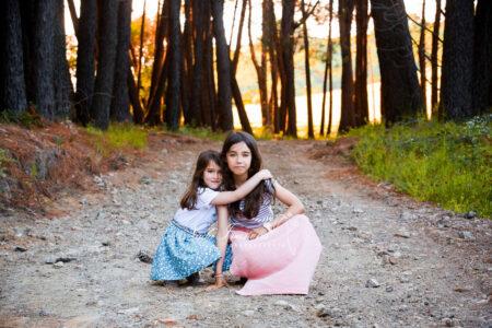 photographe montpellier jeunes fille sur un chemin