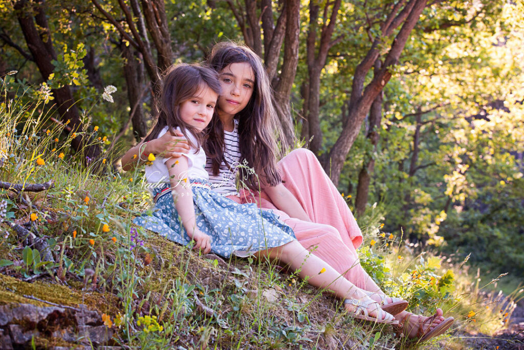 photographe montpellier petites filles assise dans l herbe