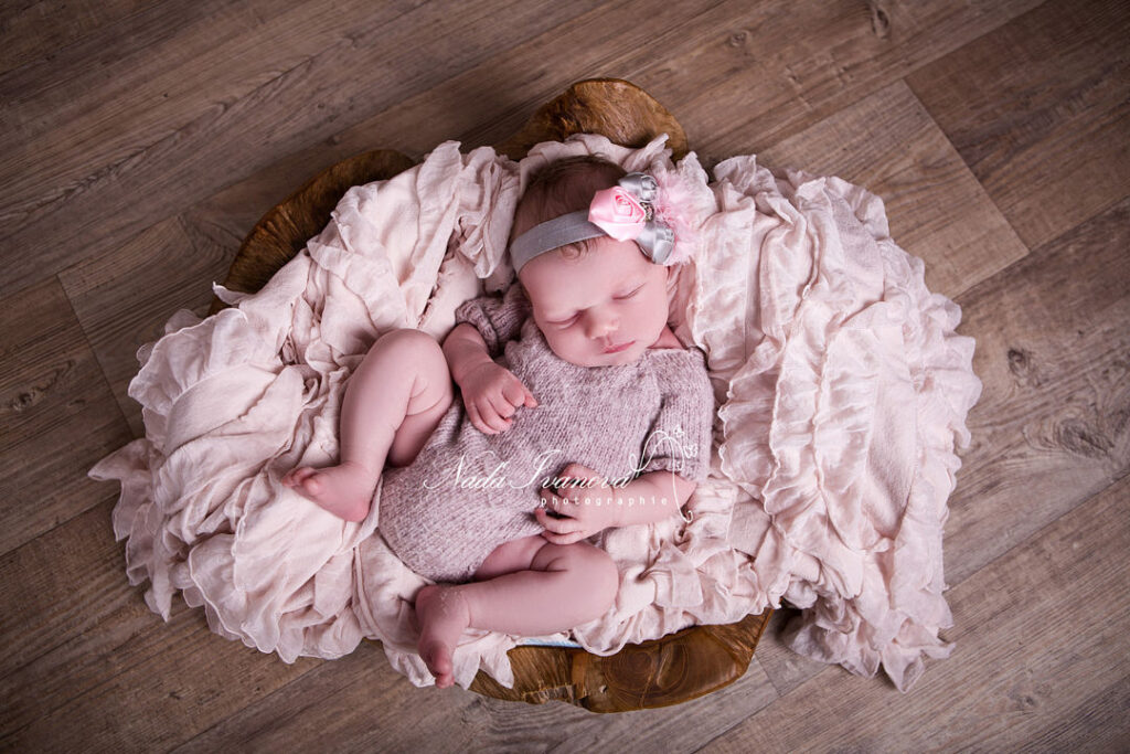 photographe agde bebe dans un plat en teck