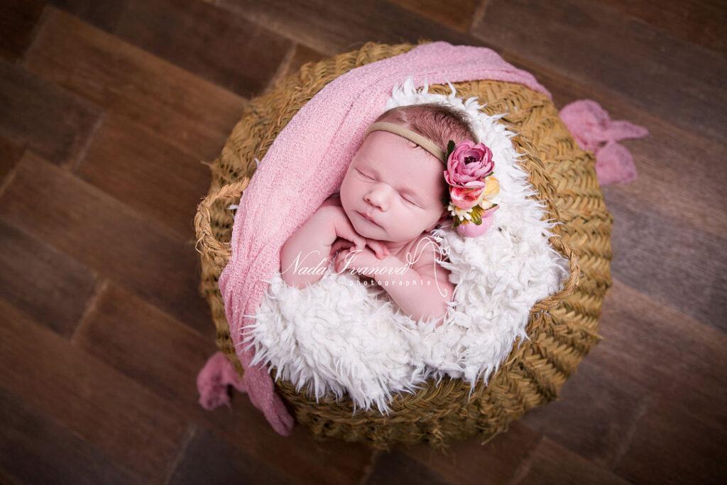 photographe agde bebe dans un pannier vegetal