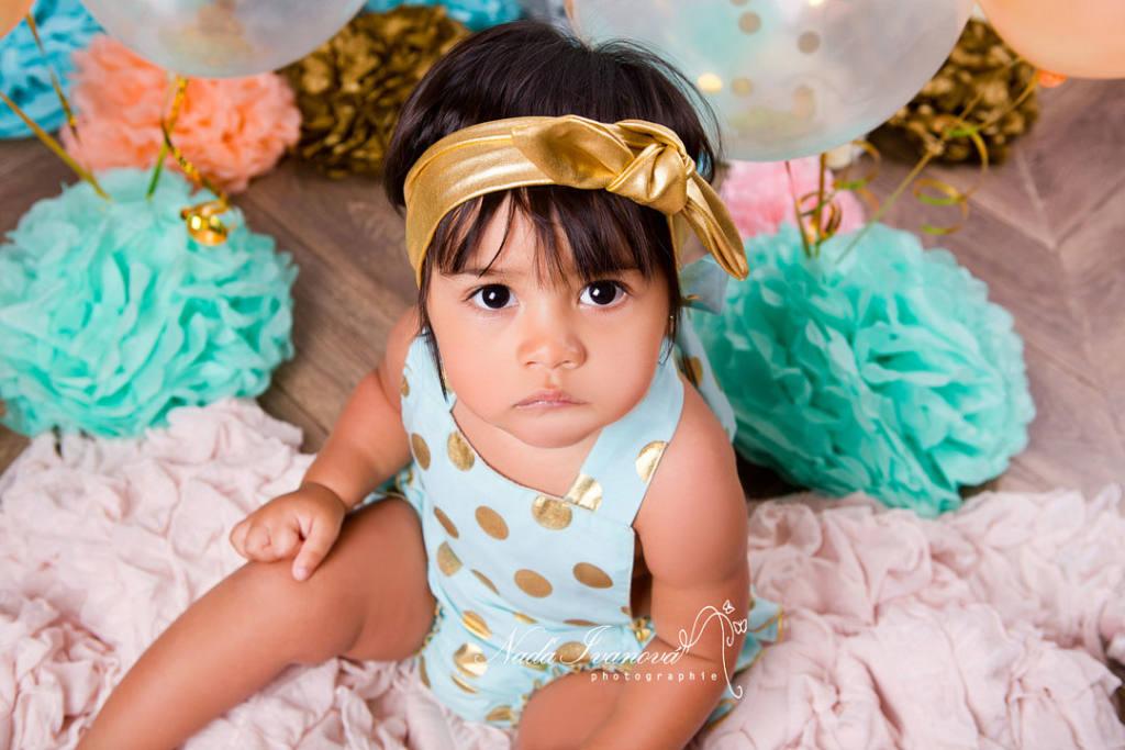 photo bébé avec fleurs en papier