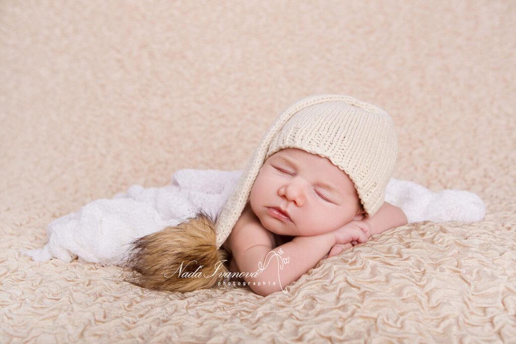 photo bebe avec bonnet blanc et gros pompom