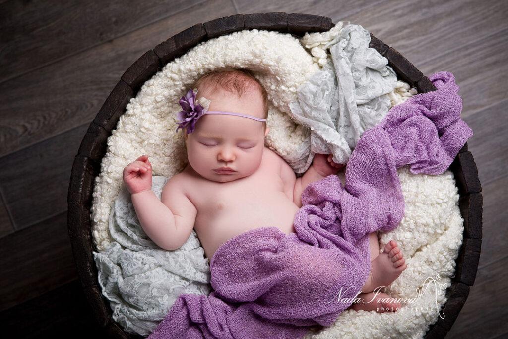 photo bebe beziers dans un seaux en bois