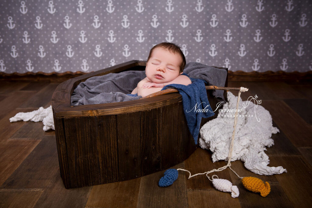 photo bebe dans un bateau en bois