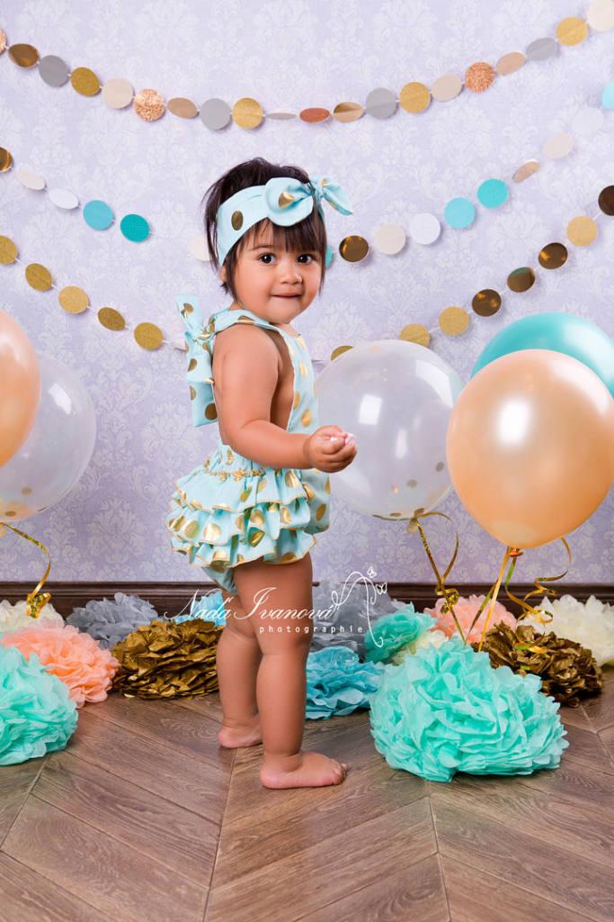 photo petite fille debout avec fleur en papier