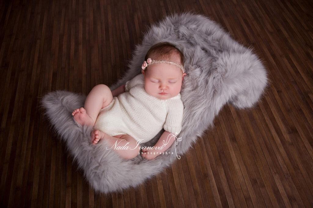 photographe bebe beziers dans une vague