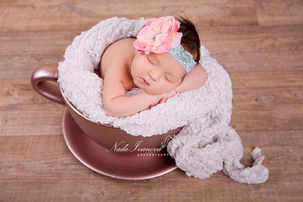 photographe bebe dans une tasse geante